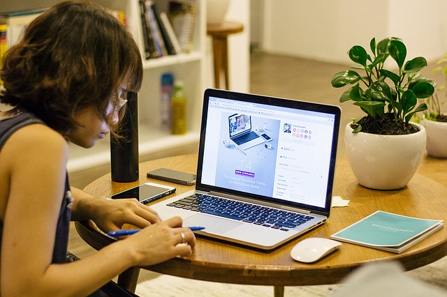 Femme travaillant à son domicile