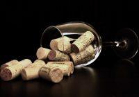 Verre à vin et bouchons en liège