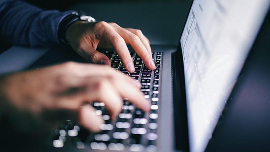 Homme tapant sur son clavier
