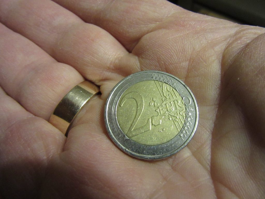 Pièce de 2 euros posée dans une main